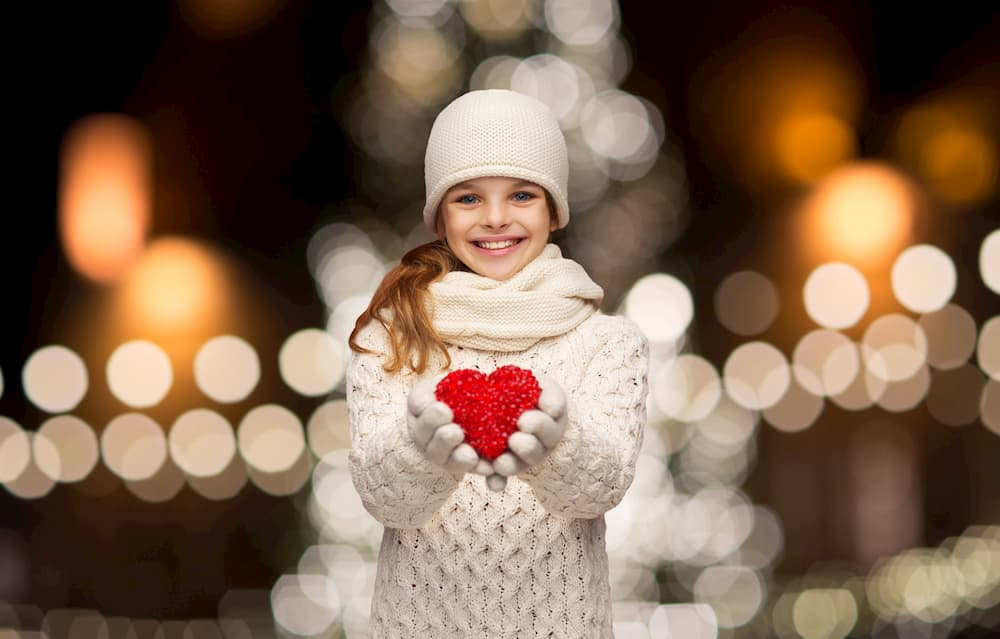 girl holiding a knitted heart